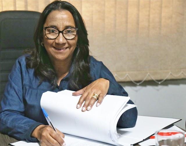 Prefeita Sônia Chaves entrega aproximadamente 500 certidões para moradores do Grande Vale