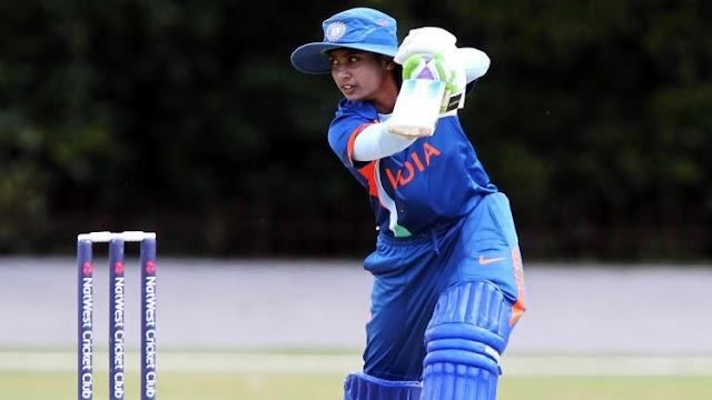 मिताली साड़ी पहनकर क्रिकेट खेलते हुए दिखाई दे रही हैं..... वीडियो वायरल