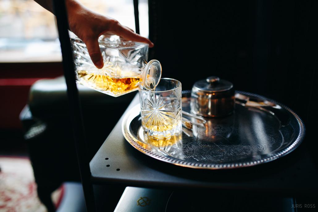viskija karafē un glāzes