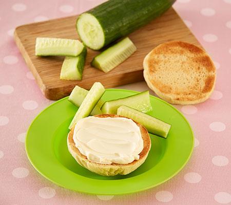 Receta de panecillos ingleses con queso y palitos de pepino