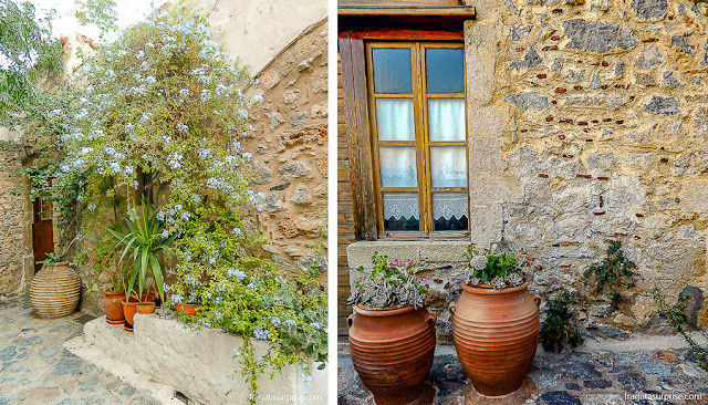 Fachadas em pedra nua características da vila de Monemvasia, Grécia