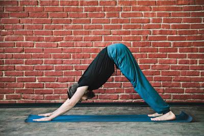 Para quienes se acercan a esta milenaria ciencia y quienes quieren reforzar su rutina les presentamos este reto de 5 posturas fundamentales que puedes empezar a realizar para familiarizar el cuerpo y la mente con esta práctica.