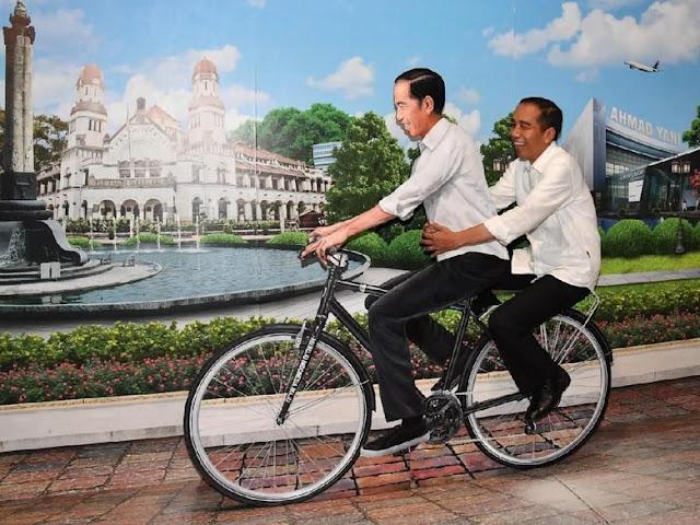 Momen Bersejarah Saat Jokowi Bonceng Sepeda 'Kembarannya' di Bandara Ahmad Yani
