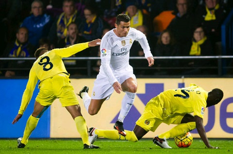 """Ronaldo """"tắt điện"""" trước trung vệ Eric Bailly"""