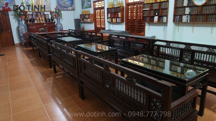 Trường kỷ gỗ xưa không chỉ hiện hữu và trưng bày trong những ngôi nhà cổ kính, những ngôi nhà mái ngói 3 gian, 5 gian - Ảnh: Dotinh.com