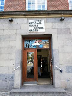 Tutustumiskohteemme ulko-ovi ja kyltti international House Copenhagen