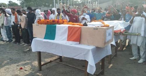 एक ही चिता पर जवान और उसकी पत्नी का हुआ अंतिम संस्कार, जबिक बेटे को दफनाया गया
