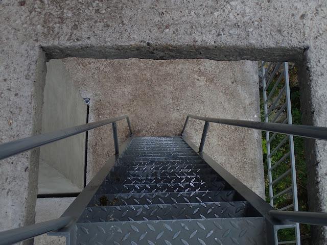 Schodki sprowadzające z wolnostojącej wieży na Ślęży