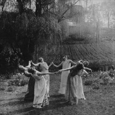 Fotografia de bruxas celebrando um ritual, provavelmente um Esbath de Lua Cheia.