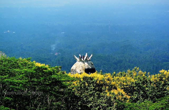 Gereja Burung dan Candi Borobudur terlihat dari Punthuk Setumbu