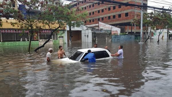 Asfalto cede durante forte chuva e via é bloqueada em Fortaleza