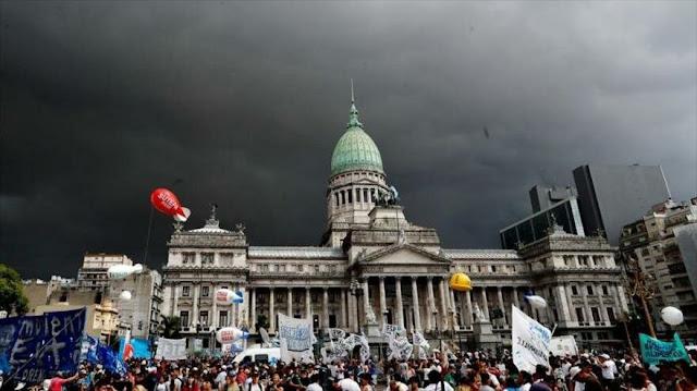 Miles de argentinos marchan contra políticas económicas de Macri