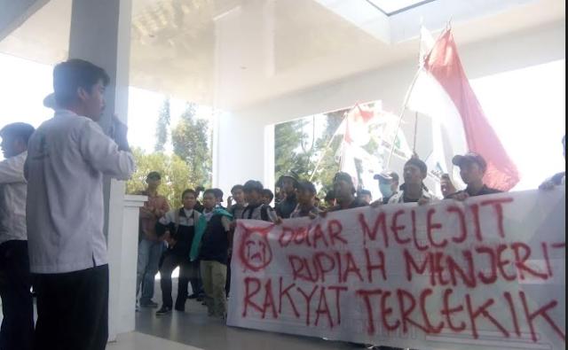 KAMMI Gelar Aksi di DPRD Palopo, Tuntut Pemerintah Jokowi Setop Pencitraan