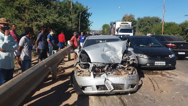Veículo trava as rodas e bate violentamente em caminhão na ponte do Ribeirão em Barreiras