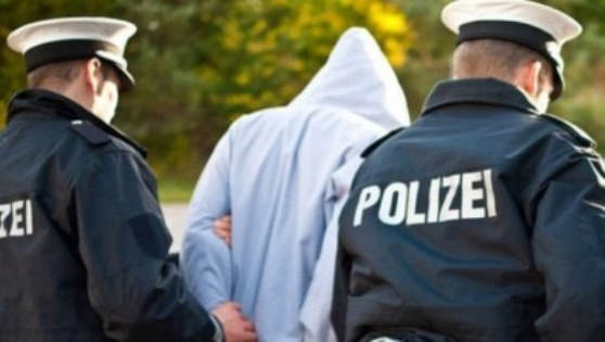 الشرطة الألمانية تلقي القبض على لاجئ سوري وصديقته الألمانية لسبب غريب.!!