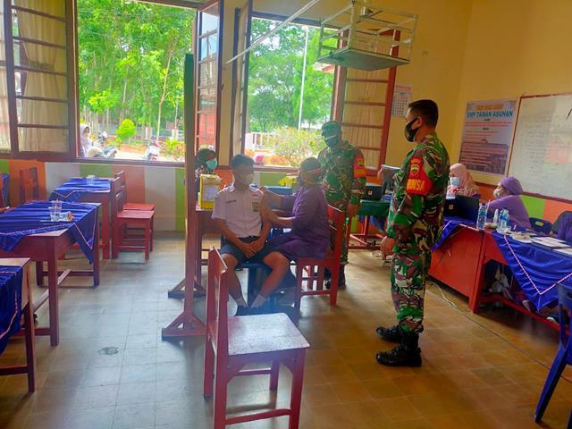 Danramil 04/SB Dan Babinsa Jajaran Kodim 0207/Simalungun Dampingi Pelaksanaan Vaksinasi Diwilayah Binaan