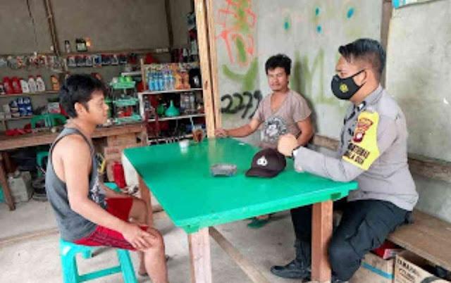 Tekan Penyebaran COVID-19, Bhabinkamtibmas Polsek Kembayan Imbau Masyarakat Selalu Pakai Masker di Luar Rumah