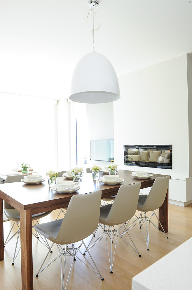 salón comedor con chimenea en tonos grises