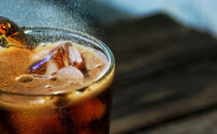 カラオケドリンクバーで水以外飲むとどうなるの?:コーラなどの炭酸飲料