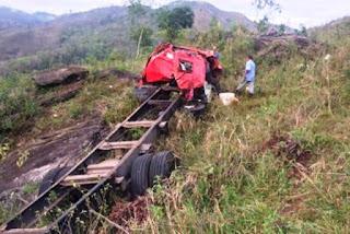 Caminhão cair em ribanceira