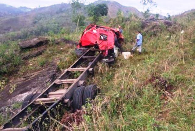 Jovem morre após caminhão de Dom Basílio cair em ribanceira na Serra do Marçal