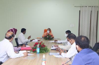 मुख्यमंत्री योगी ने जनपद गोरखपुर में कोविड-19, सड़कों के निर्माण, स्वच्छता एवं सेनेटाइजेशन के सम्बन्ध में बैठक की