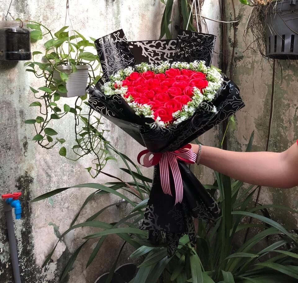Bó hoa hồng 28 bông trái tim