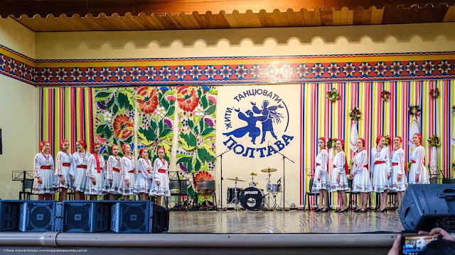 Meninas de grupo folclórico ucraniano no paldo do Clube Poltava