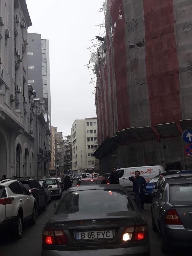 VIDEO+FOTO/ Vântul face ravagii. O schelă s-a desprins parțial și a căzut peste două mașini