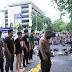 Polisi dan Mahasiswa Tunaikan Shalat di Tengah Aksi Penyampaian Aspirasi