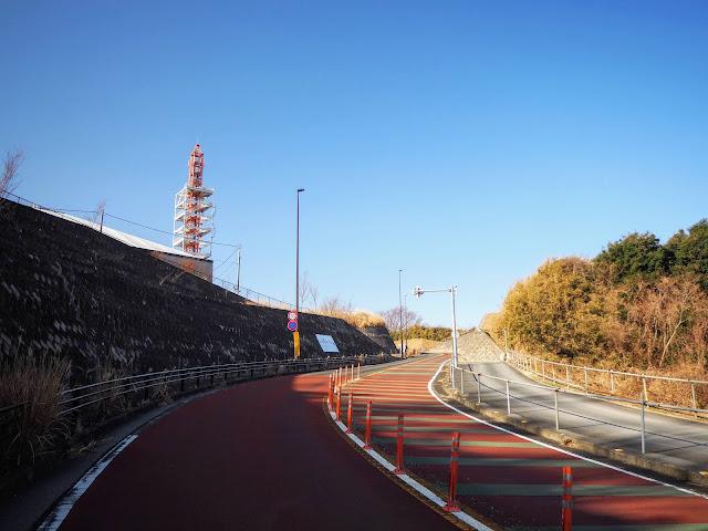 ランド坂、ジャイアンツ坂、V坂などと呼ばれてローディーの手軽な練習場所として知られています。(ランド坂は旧道を指すとの説もあり)