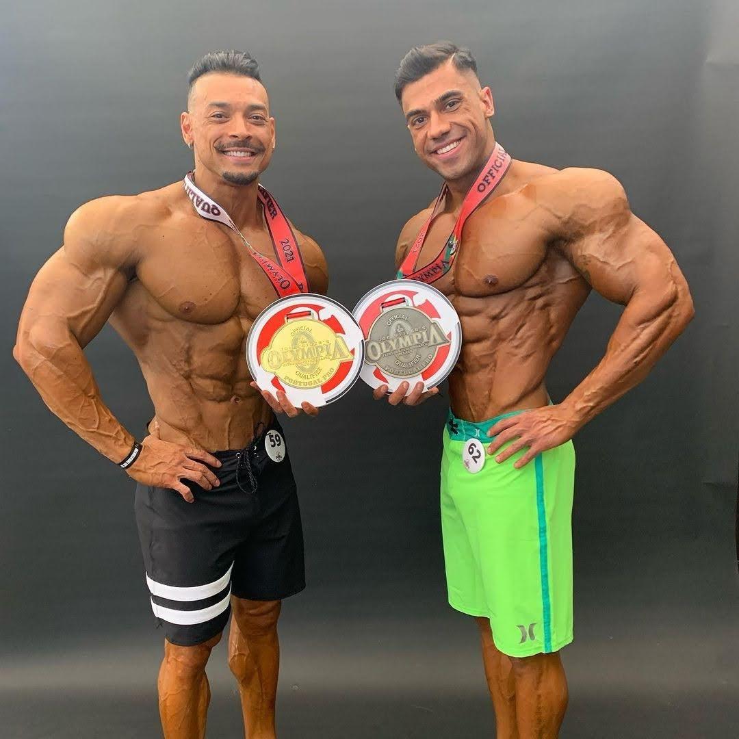 Felipe Franco exibe medalha de campeão ao lado do atleta Pedro Lima, top 4 na competição. Foto: Arquivo pessoal