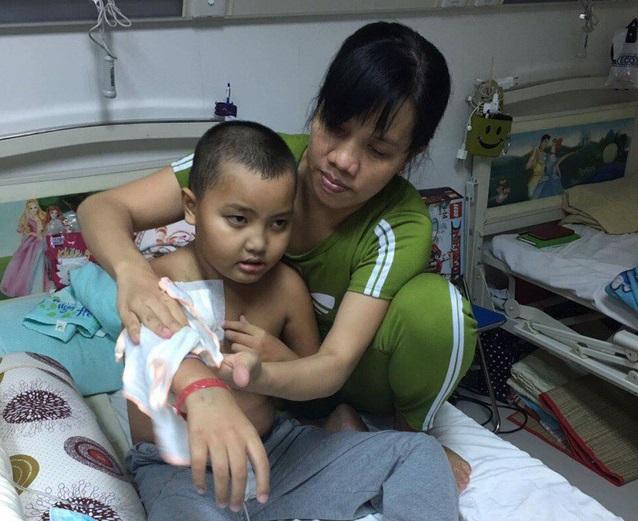 Cô giáo mầm non ngã quỵ trước cảnh con trai mắc bệnh ung thư máu