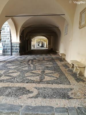 Il porticato ed il pavimento a mosaico della Loggia della Repubblica di Noli