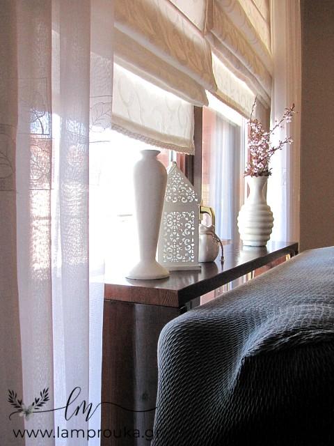 Κονσόλα-ράφι και διακόσμηση πίσω από καναπέ.