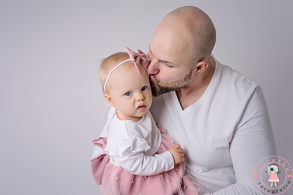 Tata i roczna córeczka