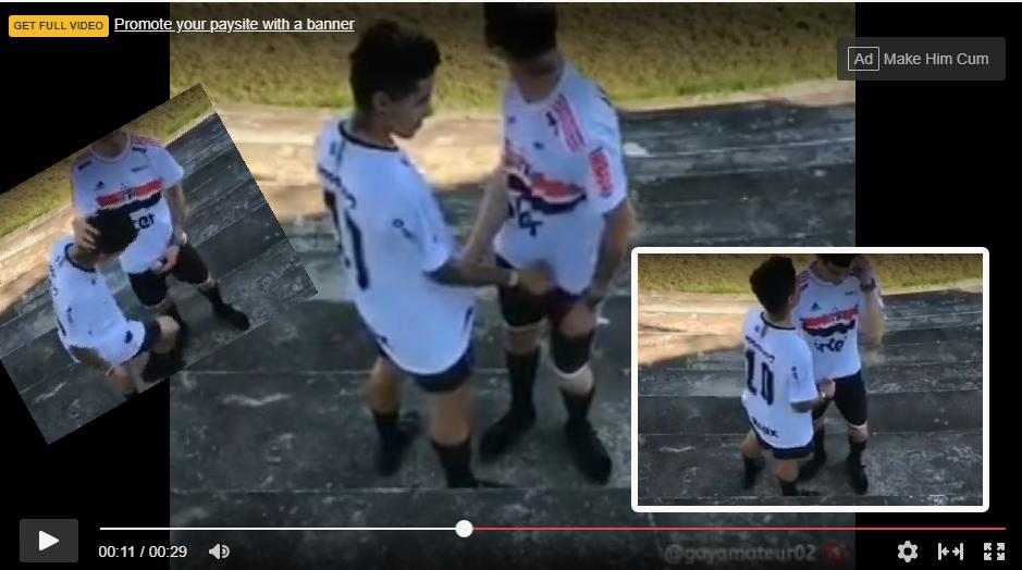 futbolistas haciendo sexo oral en la cancha