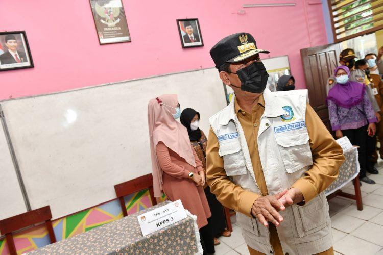 Gubernur Bersama Sekdaprov Kepri Meninjau TPS 13 dan TPS 16 Kelurahan Tanjungpinang Barat
