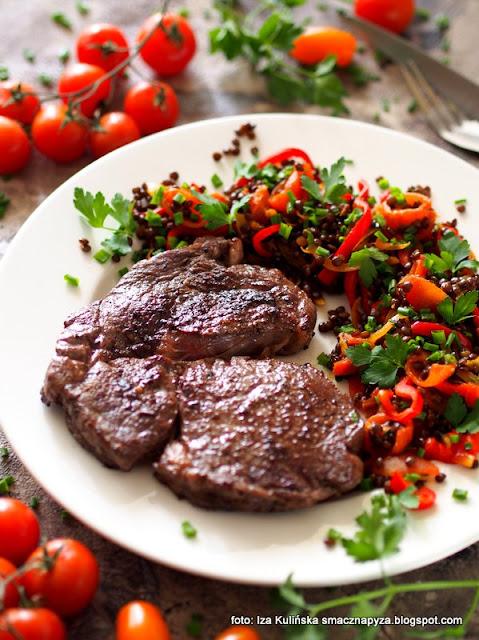 stek wołowy , antrykot wołowy , obiad , czarna soczewica , wołowina , stejk , steki wołowe , mięso z patelni , dobra wołowina , jak usmażyć dobry stek , domowe jedzenie  , stek medium , stopień wysmażenia