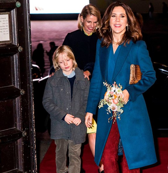 Crown princess Mary carried Carlend Copenhagen Vanessa Croco Nature Clutch. Princess attend Copenhagen Fashion Week 2018 dinner at City Hall
