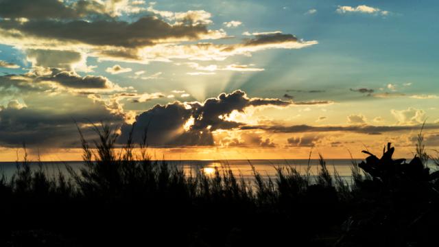 Pôr do sol nas Ilhas Tahiti