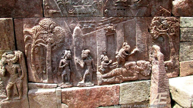 Птицеголовые сумервы. Голова от туловища была вырвана с брошена у входа в пирамиду храм. Сумерв изначально творили из Гигантов людей Асов и Асий. Первоначальные сумервы творились с головой человека Гиганта, хозяина планеты очевидно такие сумервы рано или поздно становились на защиту людей от инопланетного зла. Как и этот гигант, восставший против Сумерв не захотевший продолжать издевательства над своим родом Птицеголовые сумервы творили боль и смерть на основе сексуальных пыток и унижений. Гигант сумерв был обращён в камень и оставлен лежать головой у ног маленьких людей, как показатель унижения перед теми, кого защитить посмел.