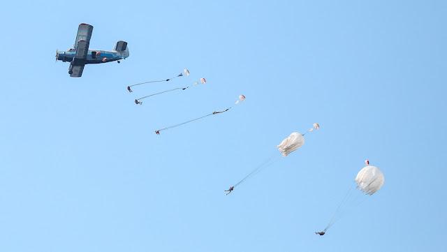 6.000 paracaídistas rusos inician unos ejercicios en coordinación con comandos Spetsnaz y aviones de ataque