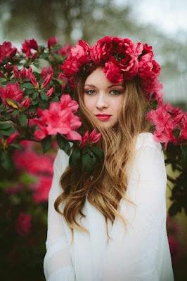 بنت جميلة مه ورود حمراء اللون شكلها جميل جدا