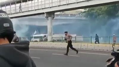 Ricuh, Massa Pendukung Habib Rizieq Bentrok dengan Aparat di Depan PT DKI