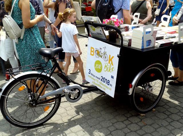 Budapest, Vörösmarty tér, 89. Ünnepi Könyvhét, 2018. június 10., book bike mobil könyves stand.