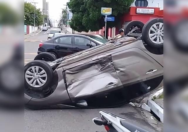 Mulher se fere ao capotar carro em avenida da capital paraibana