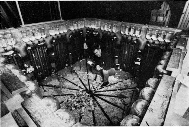 Fotografia do experimento universo 25 e seu autor John B. Calhoun