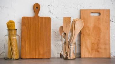 Cara Mencuci dan Mendisinfeksi Peralatan Dapur Kayu