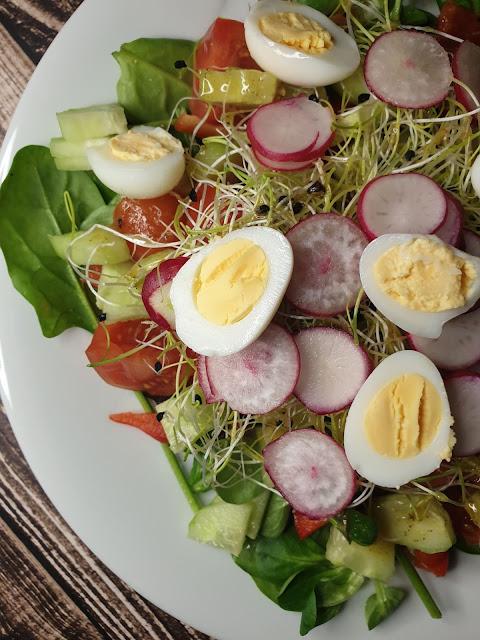 Wiosenna sałatka z jajkami przepiórczymi